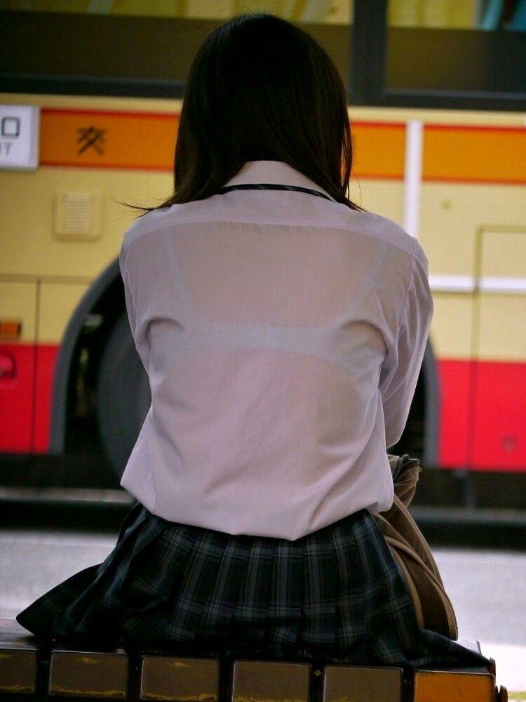 電車内対面JKのブラジャーブラウス盗撮エロ画像11枚目