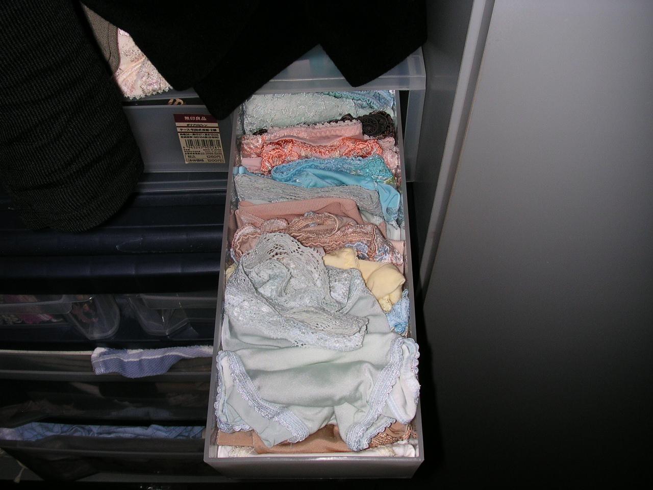 ギャル姉のサテン下着タンスの中の下着盗撮エロ画像12枚目