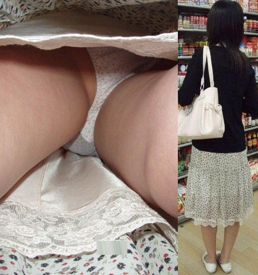 巨乳女子大生のミニスカ逆さパンチラ盗撮エロ画像2枚目