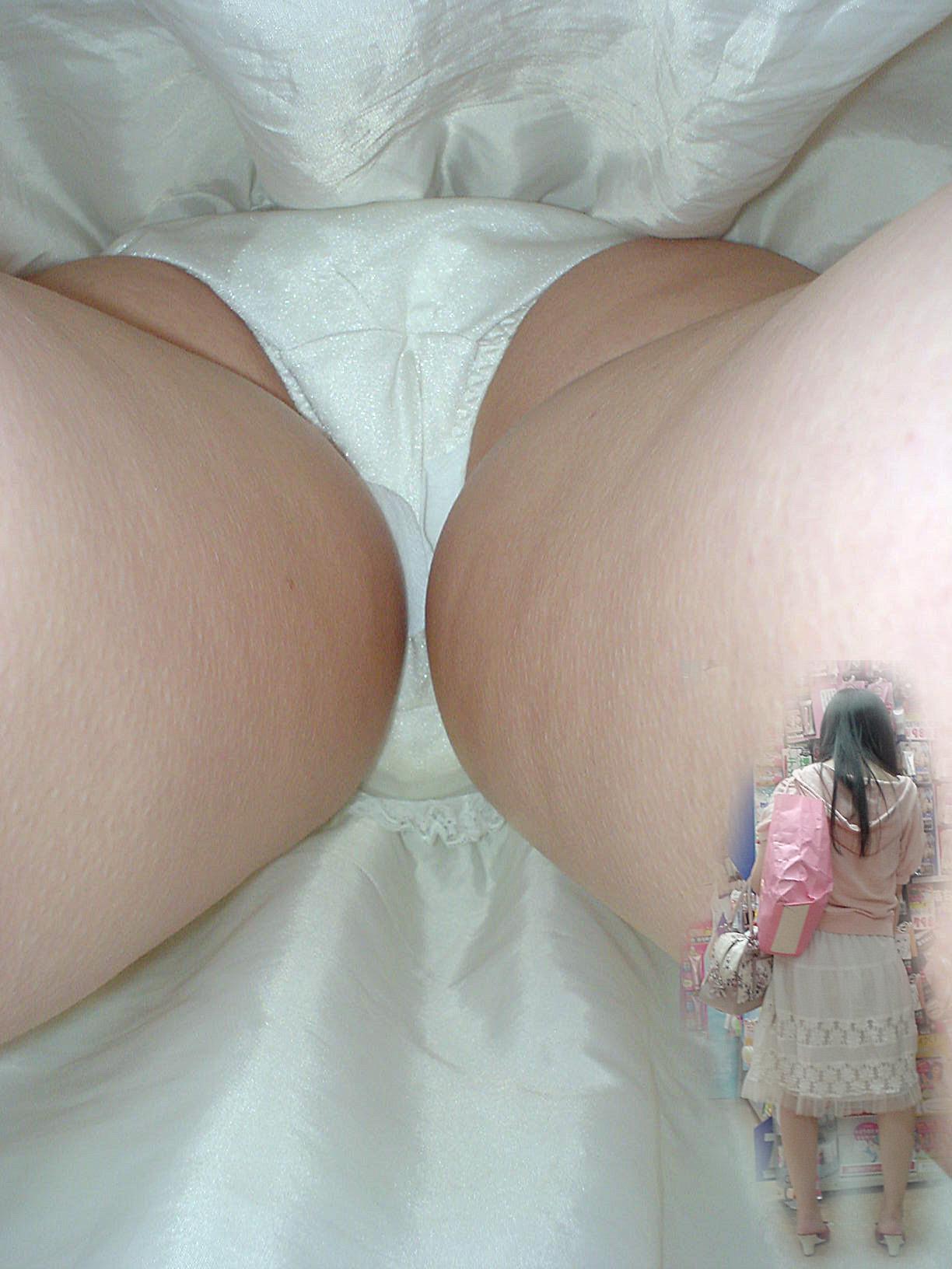 巨乳女子大生のミニスカ逆さパンチラ盗撮エロ画像6枚目