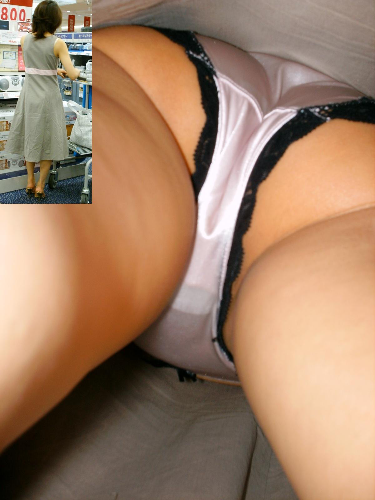 巨乳女子大生のミニスカ逆さパンチラ盗撮エロ画像8枚目