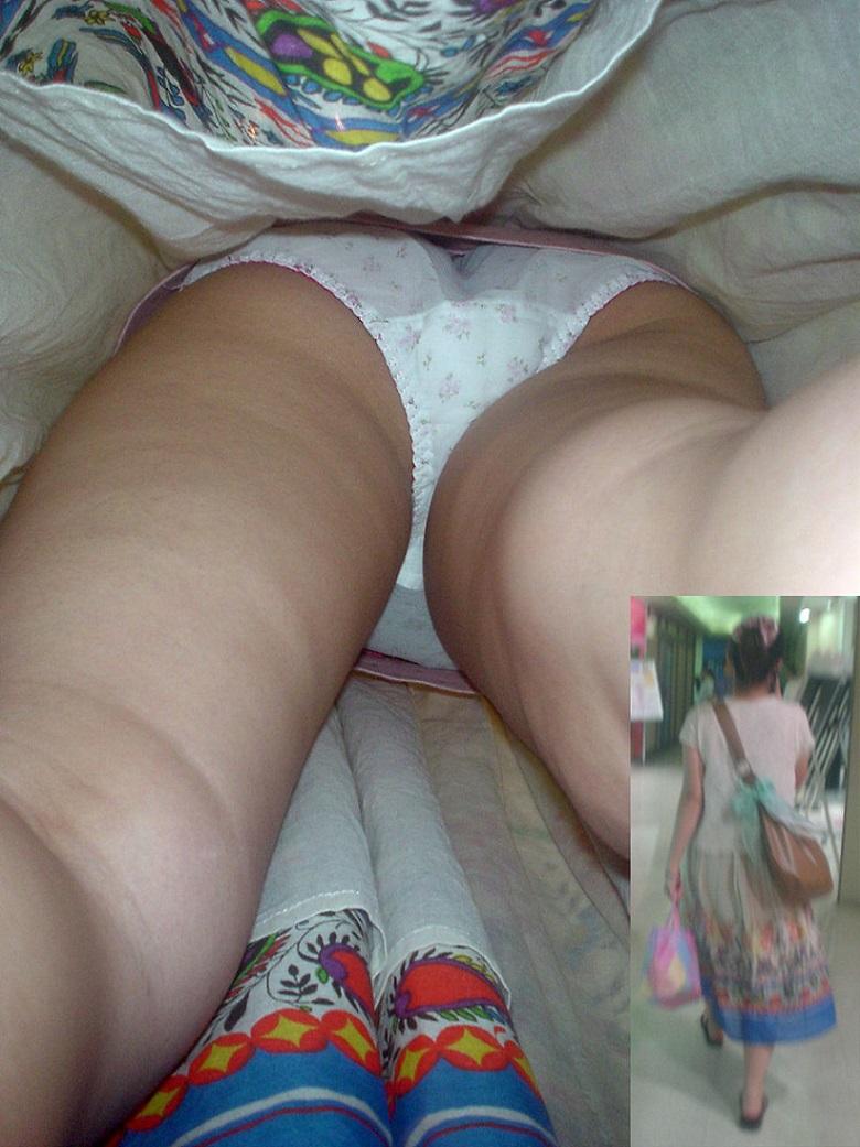 巨乳女子大生のミニスカ逆さパンチラ盗撮エロ画像9枚目