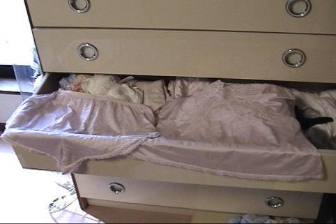 処女を捨てた妹のタンスの中のサテン下着盗撮エロ画像4枚目