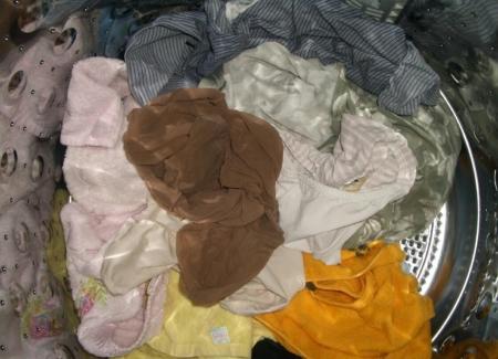 jk妹のいちごパンツ洗濯機の中の下着盗撮エロ画像7枚目