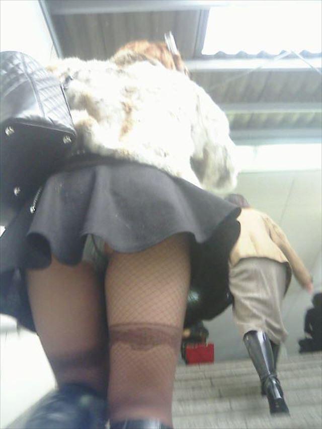 ミニスカ女子大生の階段下パンチラ盗撮エロ画像1枚目