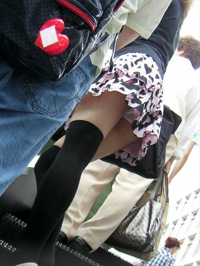 ミニスカ女子大生の階段下パンチラ盗撮エロ画像6枚目