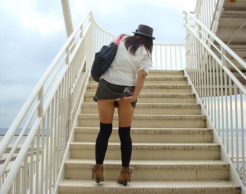 ミニスカ女子大生の階段下パンチラ盗撮エロ画像14枚目