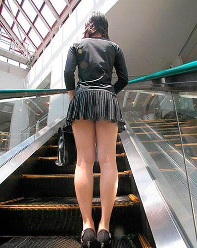 ミニスカ女子大生の階段下パンチラ盗撮エロ画像15枚目