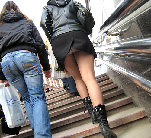 ミニスカ女子大生の階段下パンチラ盗撮エロ画像16枚目
