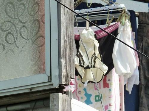 古い一軒家に住むjk妹のベランダの純白下着盗撮エロ画像1枚目