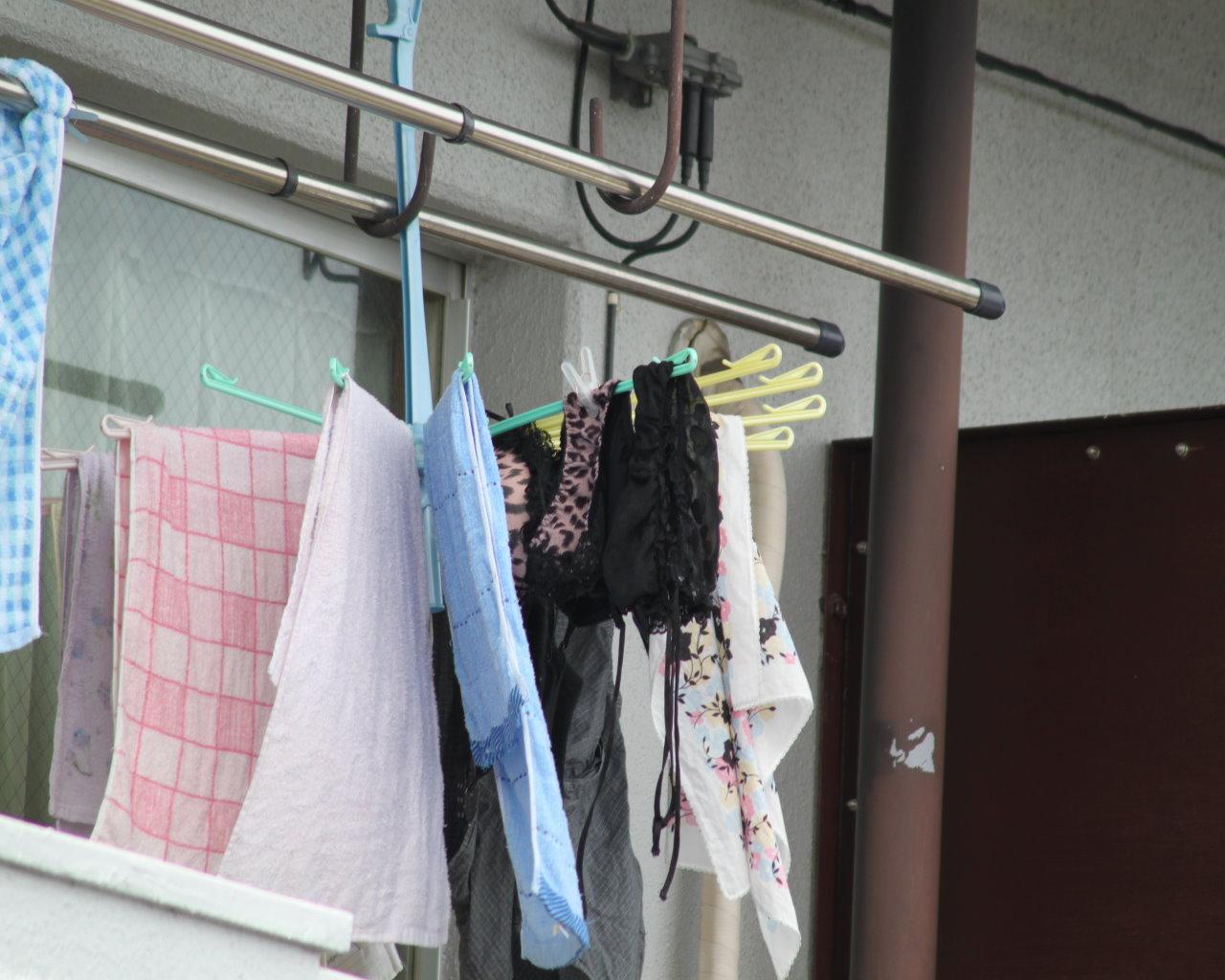 古い一軒家に住むjk妹のベランダの純白下着盗撮エロ画像4枚目