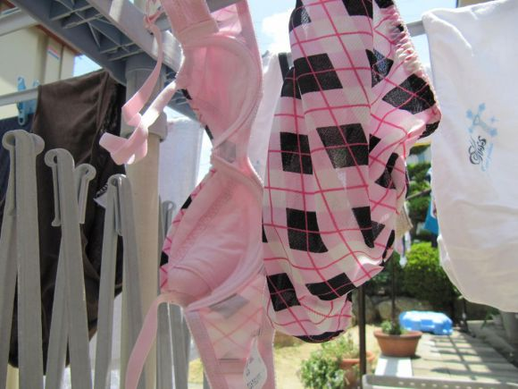 早熟jk妹の爆乳ブラジャーベランダの下着盗撮エロ画像3枚目