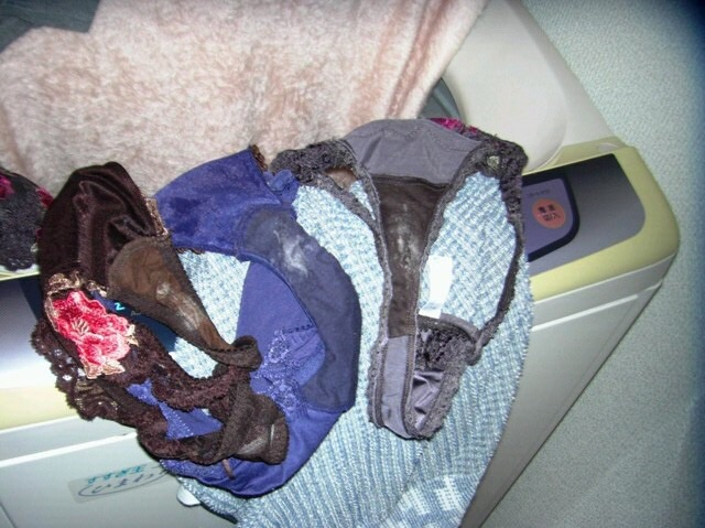 姉のマン汁クロッチ大量付着洗濯機の中の下着盗撮エロ画像1枚目