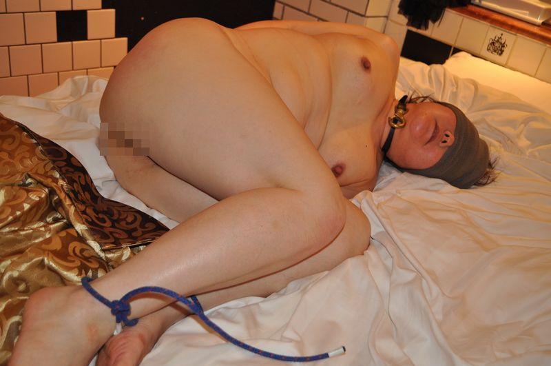 巨漢爆乳色白デブ熟女ボンテージ下着調教エロ画像15枚目