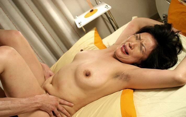 オフパコ貧乳垂れ乳熟女の緊縛拘束調教エロ画像11枚目