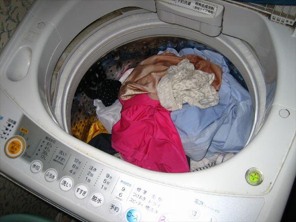 洗濯機の中のまん汁汚れのサテン下着盗撮エロ画像8枚目