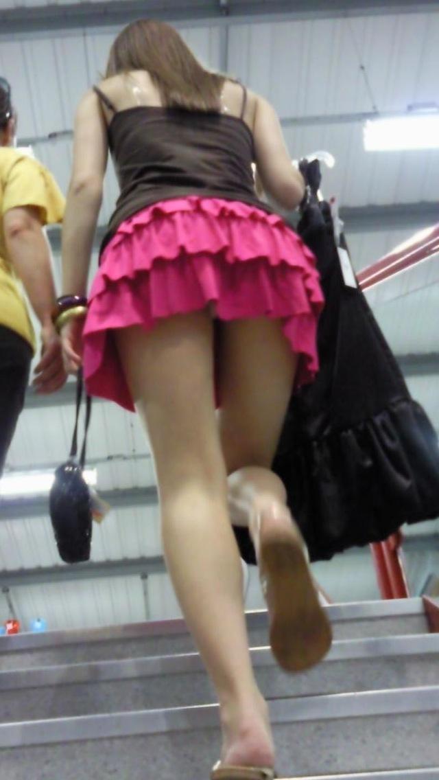 女子大生やギャルの階段下パンチラ下着盗撮エロ画像4枚目