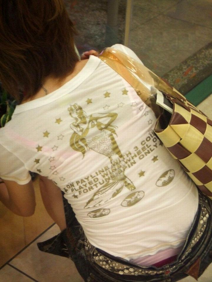 買い物中若妻のTシャツ透けブラジャー下着盗撮エロ画像2枚目