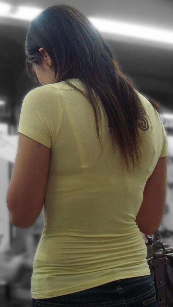買い物中若妻のTシャツ透けブラジャー下着盗撮エロ画像9枚目
