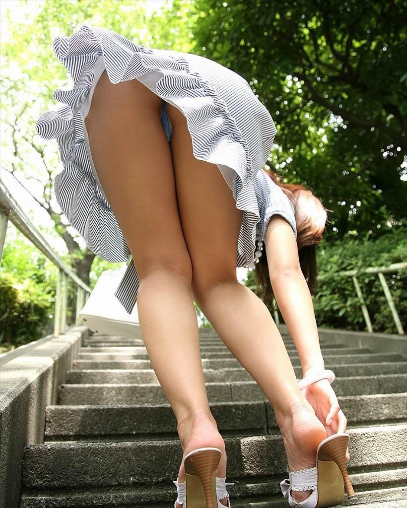 階段下女子大生のTバック下着巨尻盗撮エロ画像1枚目