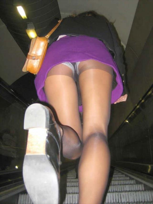 階段下女子大生のTバック下着巨尻盗撮エロ画像2枚目