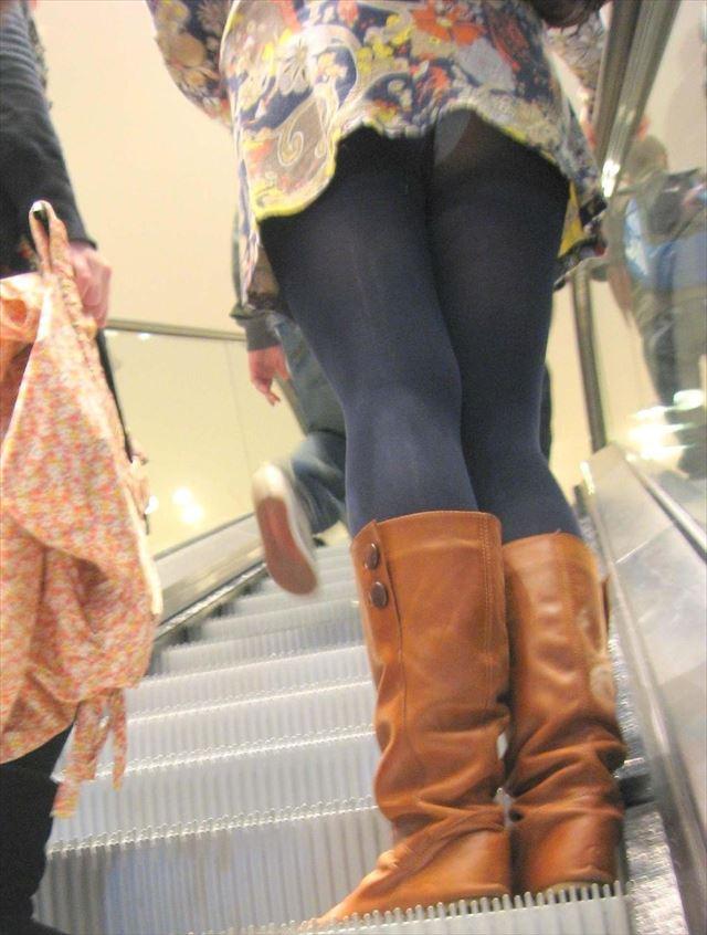 階段下女子大生のTバック下着巨尻盗撮エロ画像6枚目