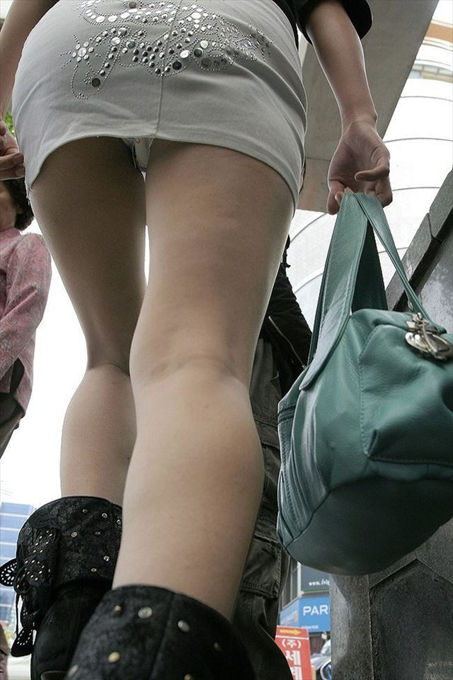 階段下女子大生のTバック下着巨尻盗撮エロ画像8枚目