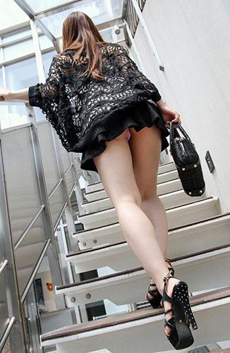 階段下女子大生のTバック下着巨尻盗撮エロ画像13枚目