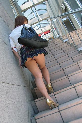 階段下女子大生のTバック下着巨尻盗撮エロ画像15枚目