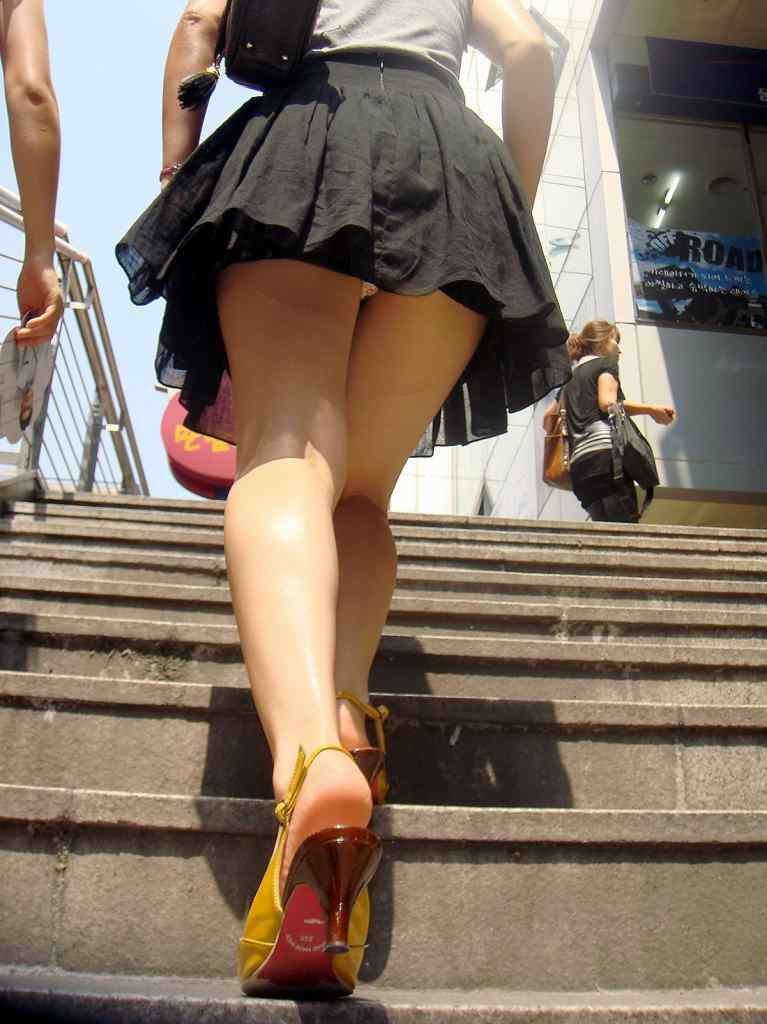 ヤリマン女子大生のミニスカ階段下下着盗撮エロ画像6枚目