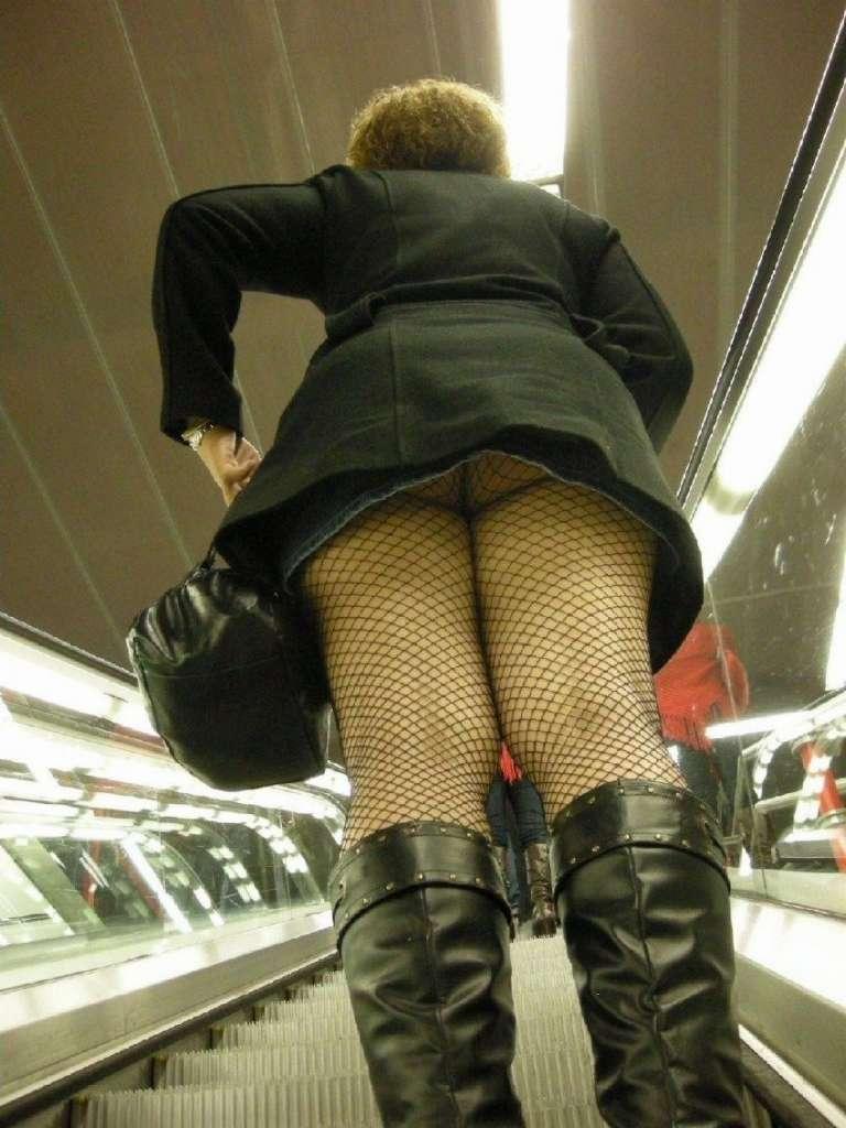 ヤリマン女子大生のミニスカ階段下下着盗撮エロ画像11枚目