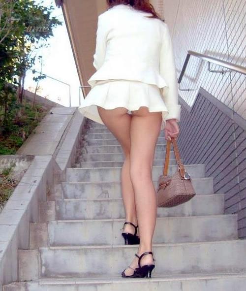 階段下の下着盗撮!食い込みTバック巨尻エロ画像2枚目