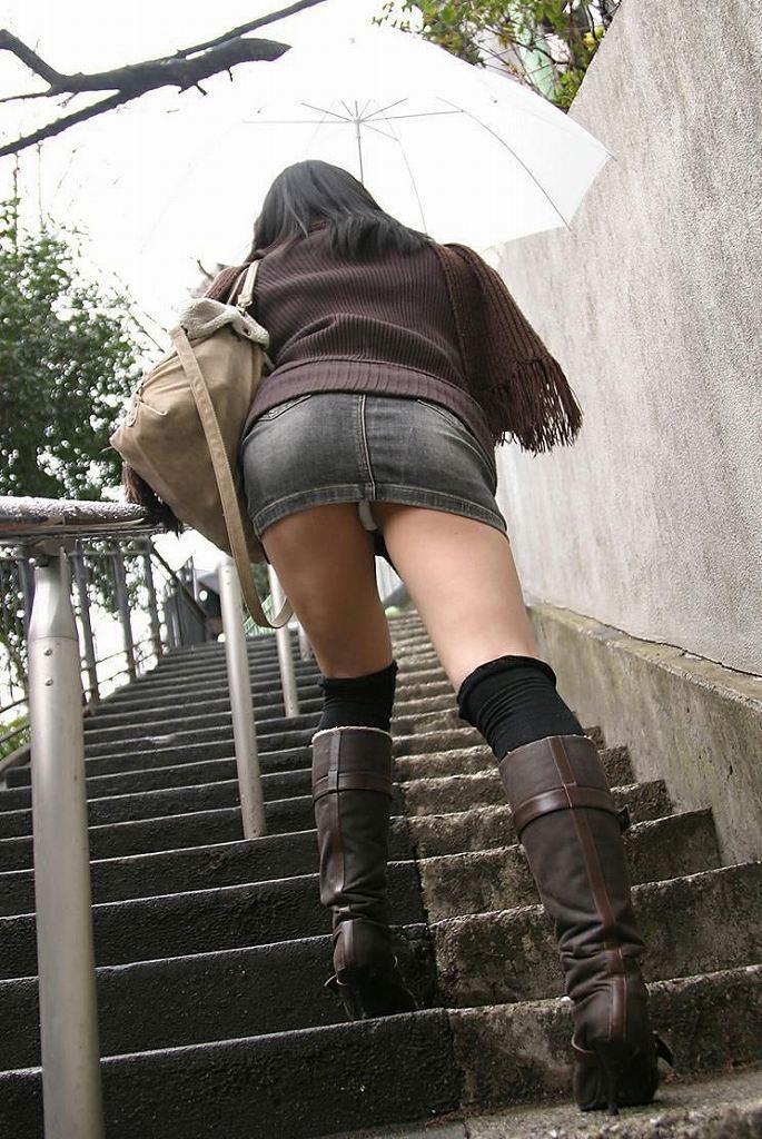 階段下の下着盗撮!食い込みTバック巨尻エロ画像5枚目