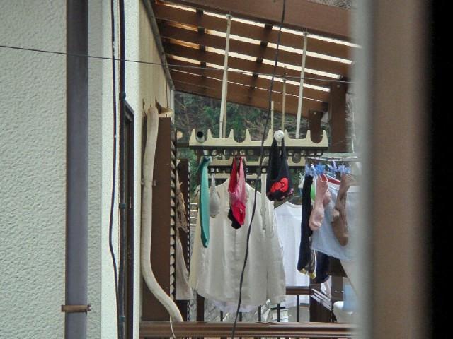 上層階から盗撮されたベランダの下着盗撮エロ画像9枚目