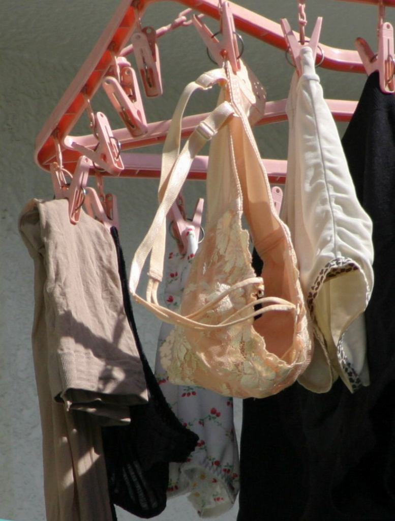上層階から盗撮されたベランダの下着盗撮エロ画像12枚目