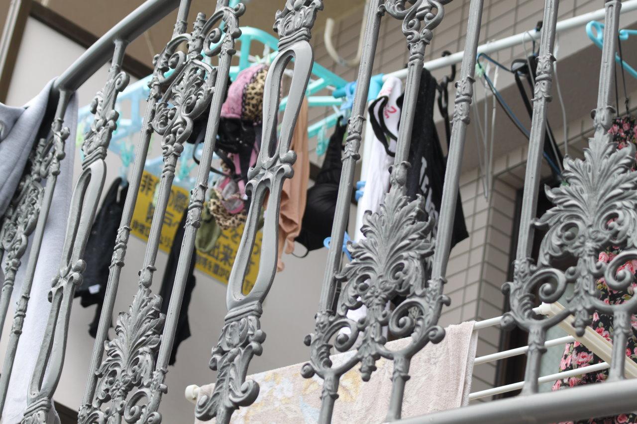 上層階から盗撮されたベランダの下着盗撮エロ画像13枚目