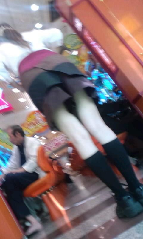 淫乱下着を露出するコーヒーレディー盗撮エロ画像3枚目