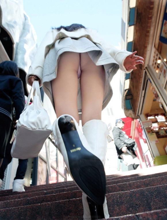 淫乱ビッチな女子大生の階段下パンチラ下着盗撮エロ画像1枚目