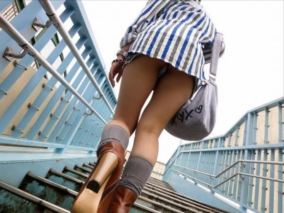 淫乱ビッチな女子大生の階段下パンチラ下着盗撮エロ画像2枚目