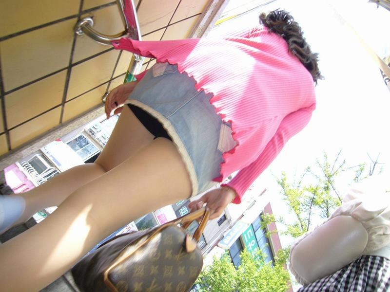 淫乱ビッチな女子大生の階段下パンチラ下着盗撮エロ画像7枚目
