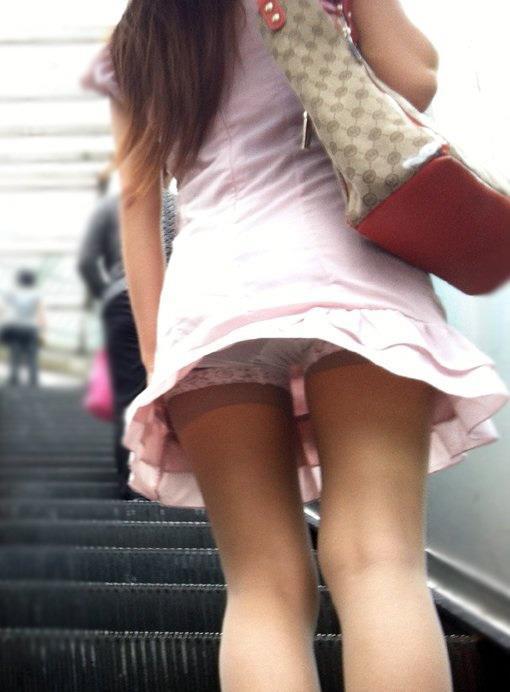 淫乱ビッチな女子大生の階段下パンチラ下着盗撮エロ画像11枚目