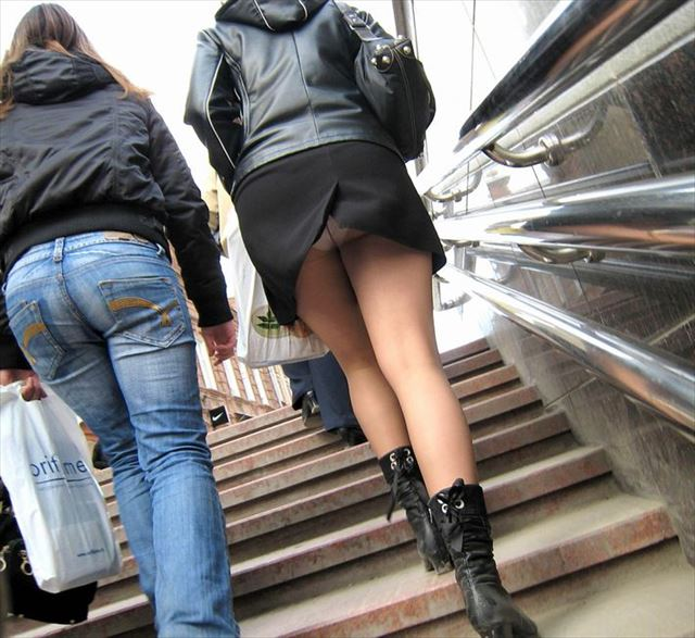 白ギャル黒ギャル階段下パンチラ下着盗撮エロ画像2枚目