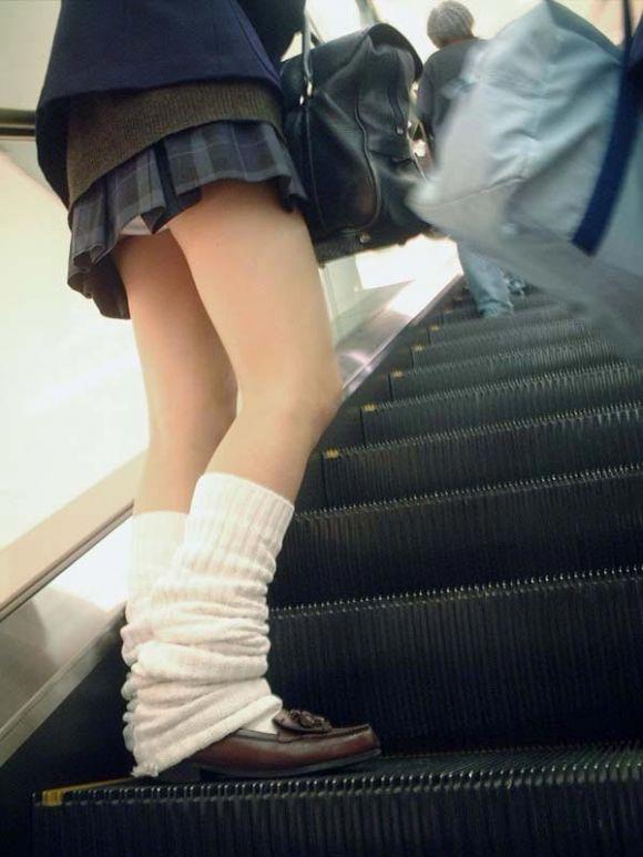 エロいピンク色のサテンパンツ階段下jk下着盗撮エロ画像15枚目
