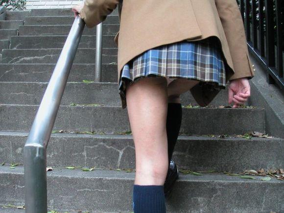 階段下で靴カメjk下着盗撮がバレたエロ画像5枚目