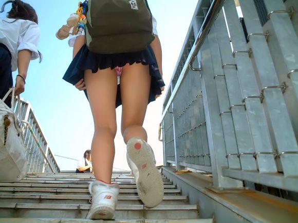 階段下で靴カメjk下着盗撮がバレたエロ画像6枚目