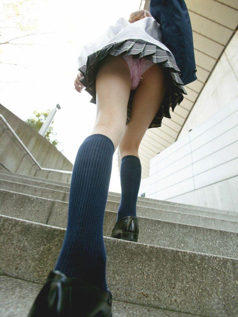 階段下で靴カメjk下着盗撮がバレたエロ画像9枚目