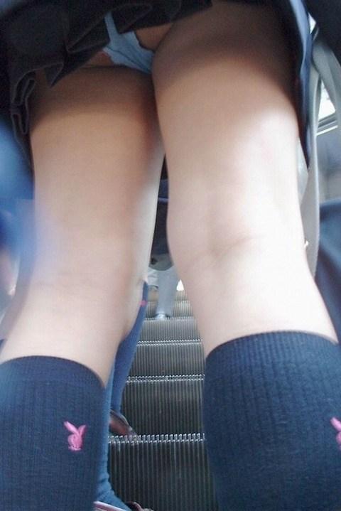 階段下で靴カメjk下着盗撮がバレたエロ画像10枚目