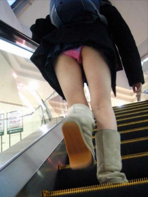 階段下で靴カメjk下着盗撮がバレたエロ画像12枚目
