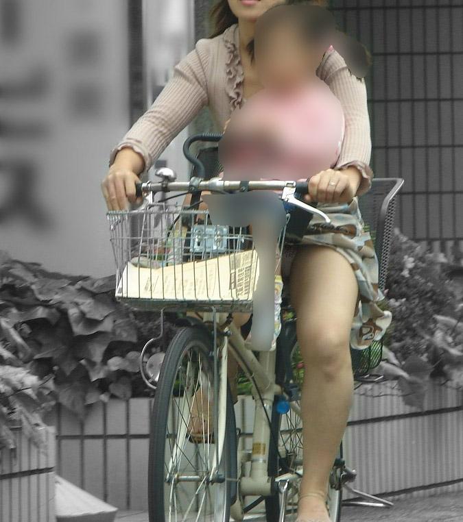 無防備な若妻の三角ゾーンパンチラ盗撮エロ画像3枚目