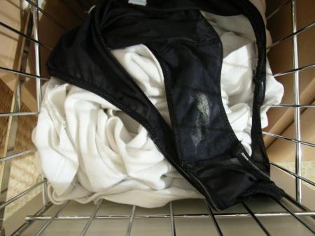 美人姉のマン汁クロッチ洗濯機の中の下着盗撮エロ画像3枚目
